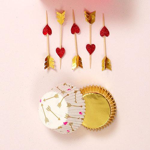 Guld, rød og hvidt cupcake sæt, forme med amor motiver
