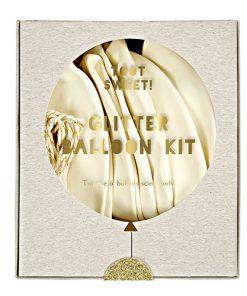 Hvide balonner med guld glitter og tekst