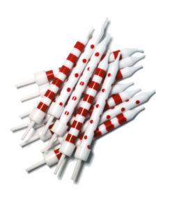 Hvide lagkagelys med røde striber og prikker