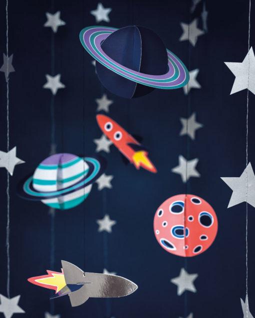 Hængende rumraketter og planeter