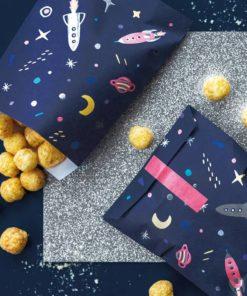 Slikposer med rumraketter og planeter